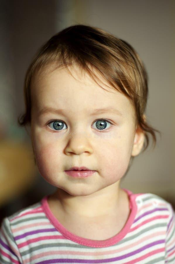 Portrait du bébé blanc avec les yeux gris Concept de calme, soin, innocence, curiosité photo stock
