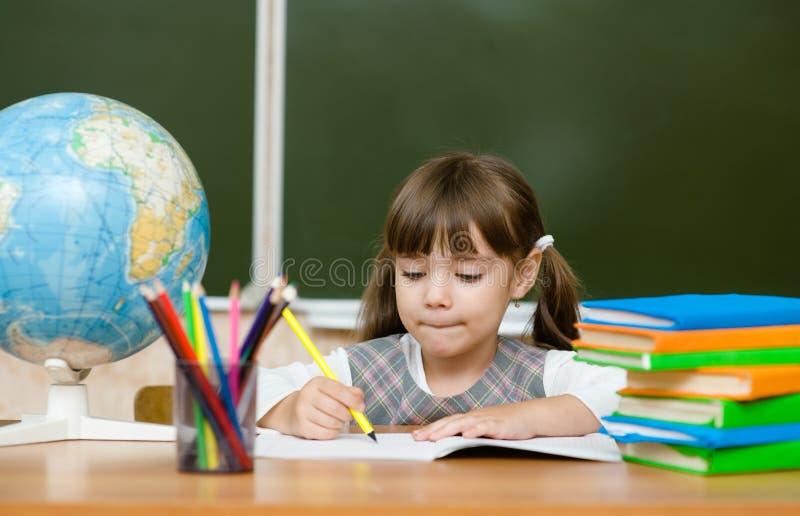 Portrait du beau dessin de fille dans le cahier photos libres de droits