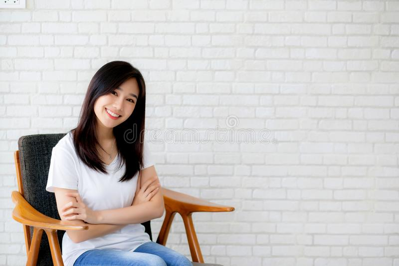Portrait du beau jeune bonheur asiatique de femme se reposant sur le cha photos libres de droits