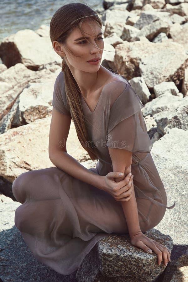Download Portrait Du Beau Mannequin Parfait Sexy De Dame Blond Image stock - Image du plage, couche: 76083155