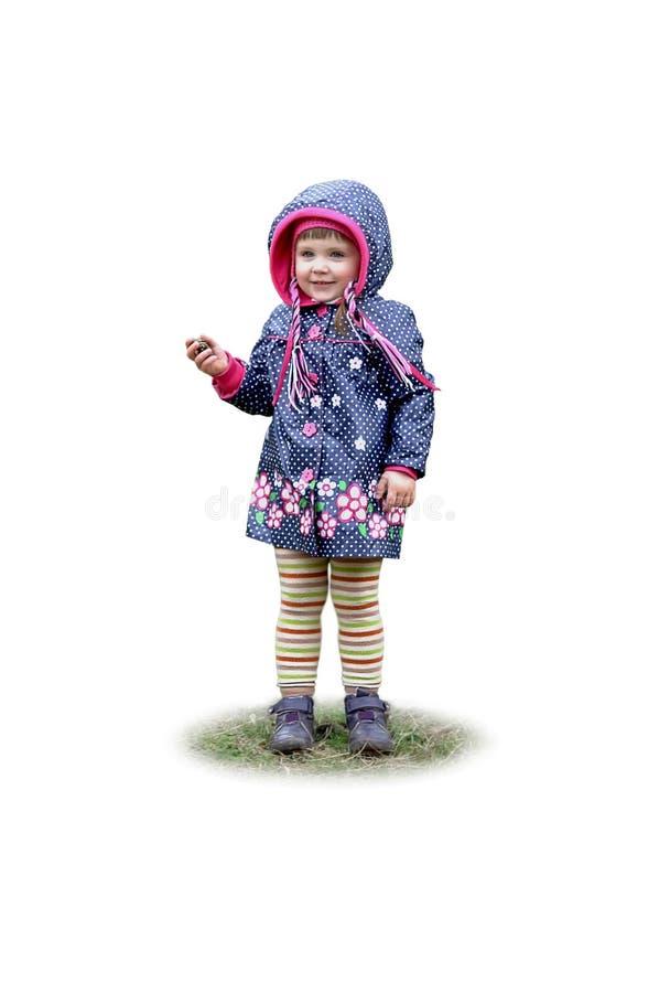 Portrait du beau sourire heureux de petite fille sur l'herbe Fond blanc d'isolement photos stock