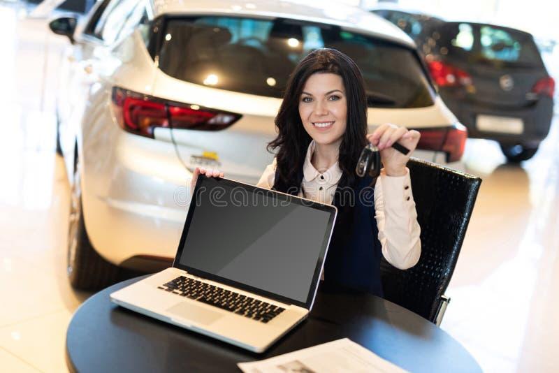 Portrait du bel agent d'assurance smilling se reposant près de la nouvelle voiture photos libres de droits