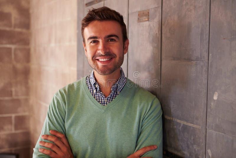 Portrait du bureau masculin de Standing In Modern de concepteur photos libres de droits