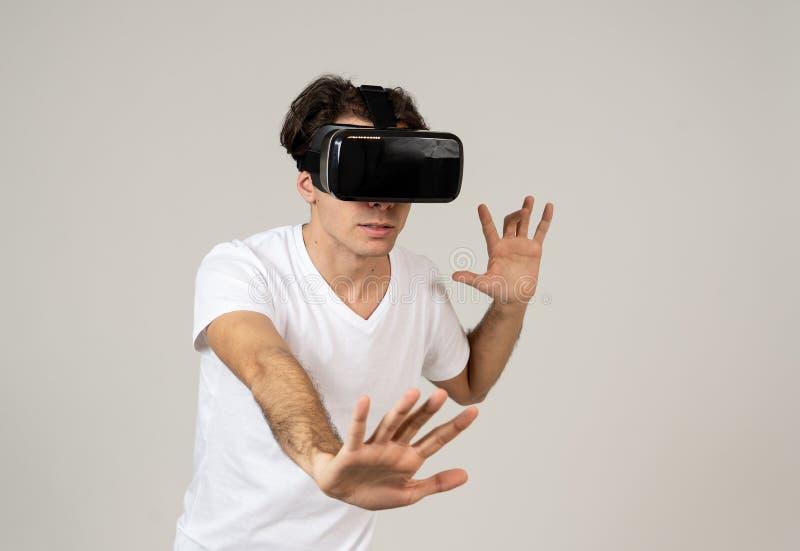 Portrait du casque de port gai et choqu? de r?alit? virtuelle de jeune homme explorant le monde 3D photographie stock