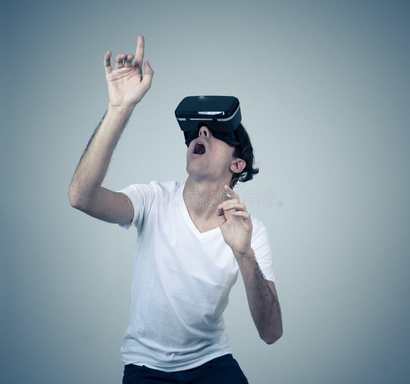 Portrait du casque de port gai et choqu? de r?alit? virtuelle de jeune homme explorant le monde 3D images stock