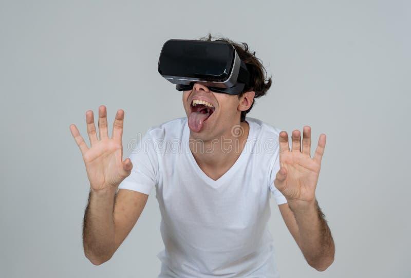 Portrait du casque de port gai et choqu? de r?alit? virtuelle de jeune homme explorant le monde 3D image libre de droits