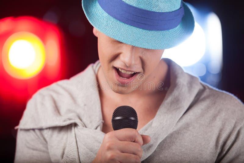 Portrait du chanteur masculin utilisant le chapeau bleu image stock