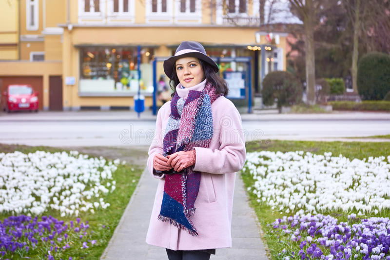 Portrait du chapeau de port de jeune belle femme marchant dans le spr photos stock