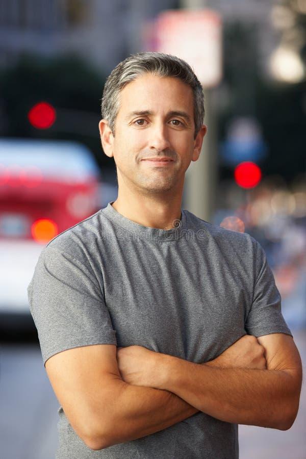 Portrait du coureur masculin sur la rue urbaine images stock