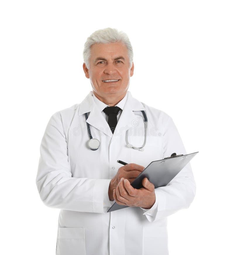 Portrait du docteur masculin avec le presse-papiers sur le blanc Personnel m?dical images libres de droits