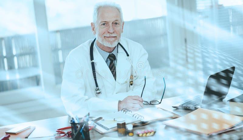 Portrait du docteur supérieur masculin ; effet de la lumière images libres de droits