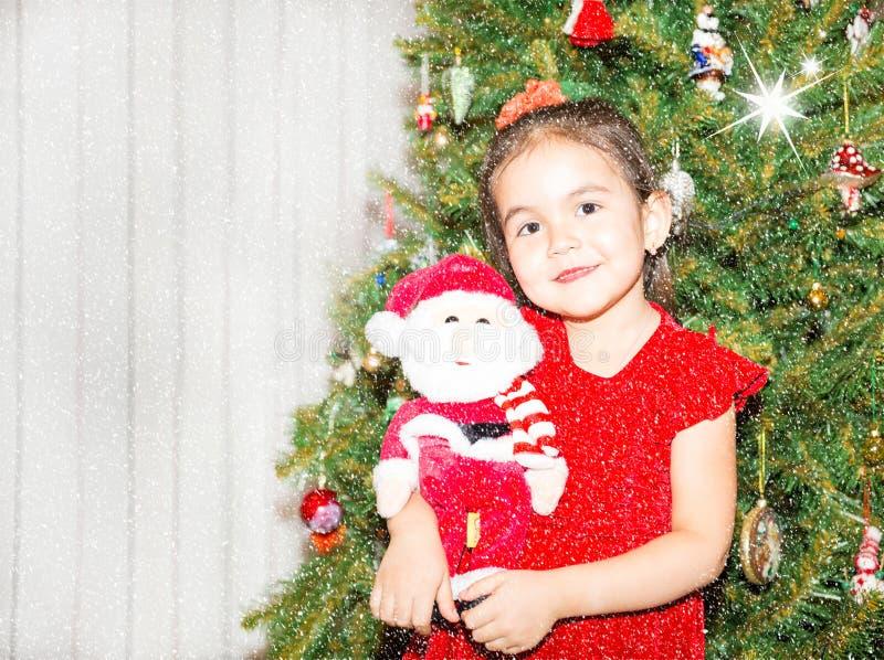 Portrait du fazakh, fille asiatique d'enfant autour d'un arbre de Noël décoré Enfant la nouvelle année de vacances images stock