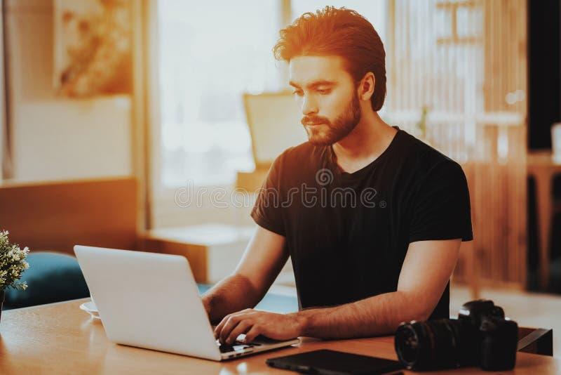 Portrait du fonctionnement beau d'indépendant sur l'ordinateur portable image libre de droits