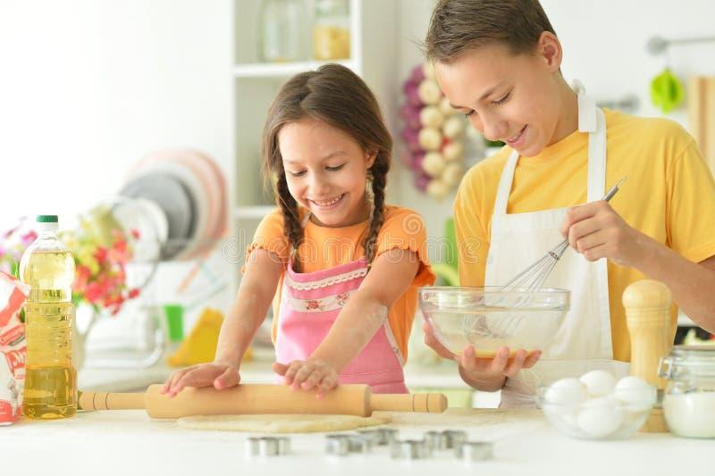 Portrait du frère et de la soeur qui cuisinent ensemble photographie stock libre de droits