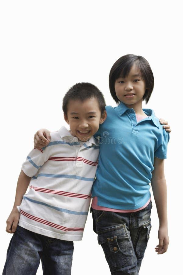 Portrait du frère et de la soeur se tenant sur le fond blanc image libre de droits