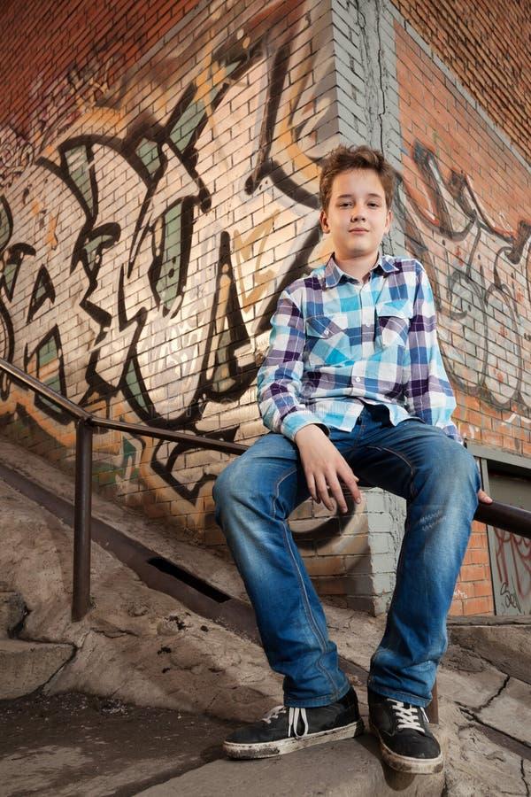Portrait du garçon d'adolescent dedans dehors images stock