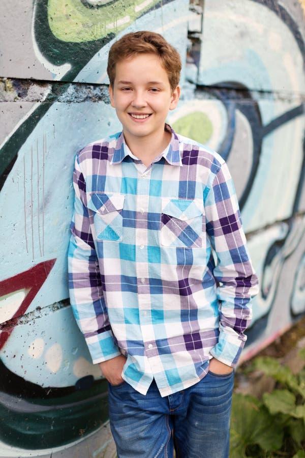 Portrait du garçon d'adolescent dedans dehors photos stock
