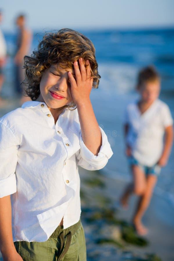 Portrait du garçon de 10-11 ans dans la perspective de la mer agitée images libres de droits