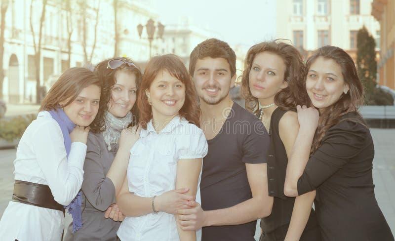 Portrait du groupe d'étudiants se tenant sur la rue photo stock