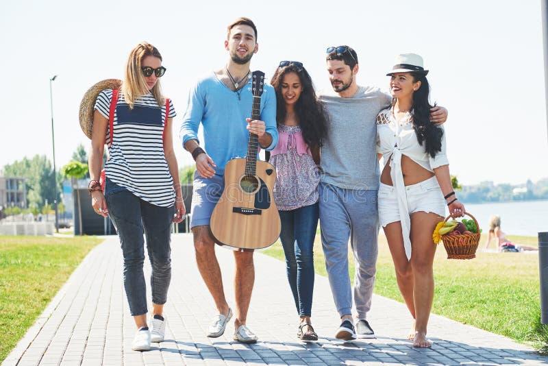 Portrait du groupe d'amis allant à sur la plage Groupe mixte d'amis marchant sur la plage le jour d'été images libres de droits