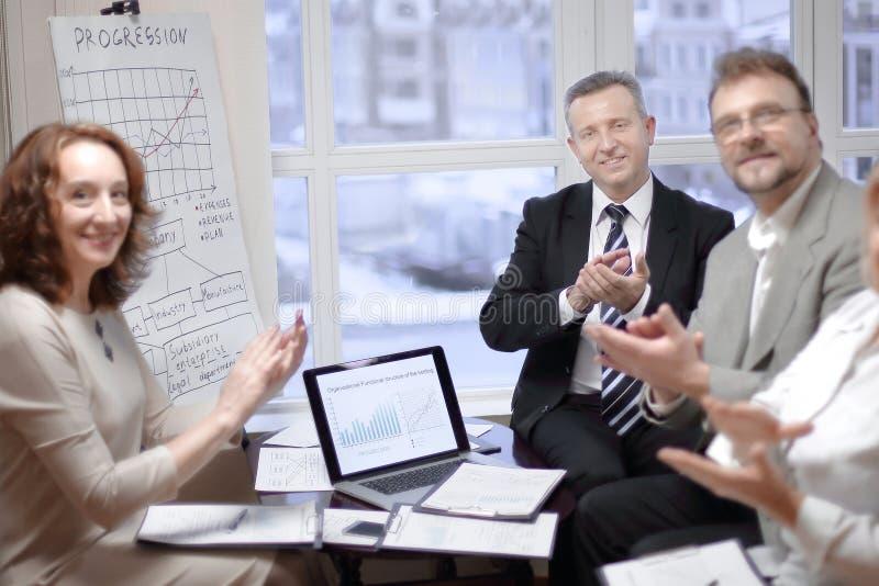 Portrait du groupe d'hommes d'affaires applaudissant l'orateur, photo stock