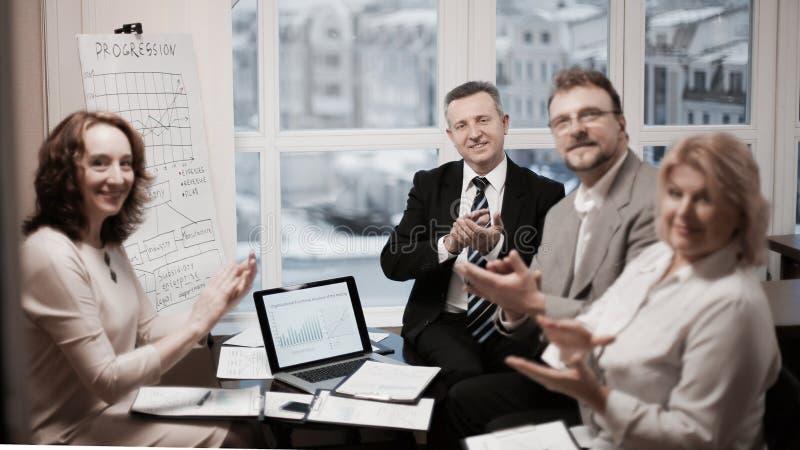 Portrait du groupe d'hommes d'affaires applaudissant l'orateur, images stock