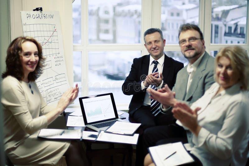 Portrait du groupe d'hommes d'affaires applaudissant l'orateur, image stock