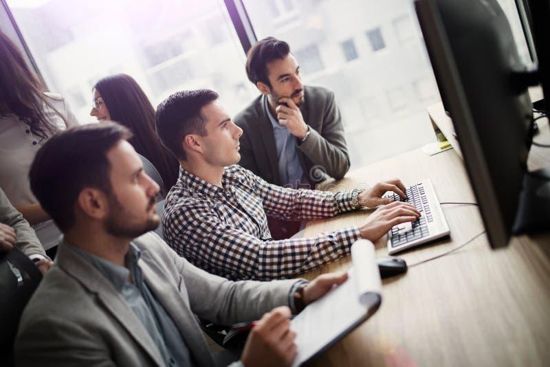 Portrait du groupe de collègues d'affaires travaillant sur le projet images libres de droits