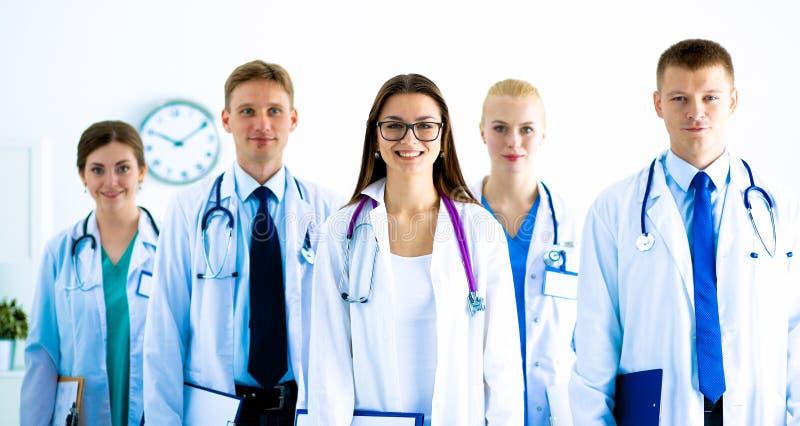 Portrait du groupe de collègues de sourire d'hôpital se tenant ensemble photos libres de droits