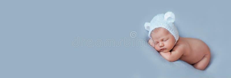 Portrait du jeune bébé de dix jours mignon portant un bonnet d'ours avec oreilles photo stock