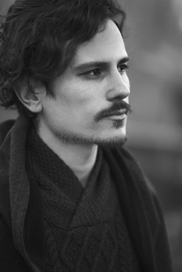 Portrait du jeune homme beau triste regardant en longueur photographie stock libre de droits