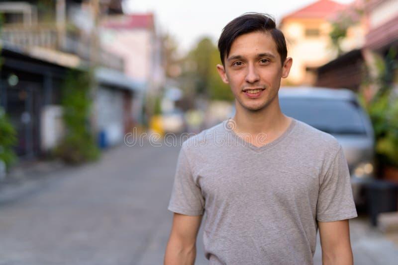 Portrait du jeune homme bel heureux souriant dehors images stock