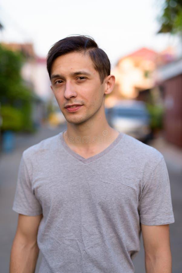 Portrait du jeune homme bel regardant dehors la caméra photos libres de droits