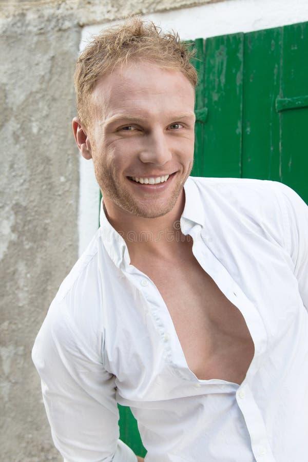 Portrait du jeune homme caucasien blond de sourire heureux - attirant images stock