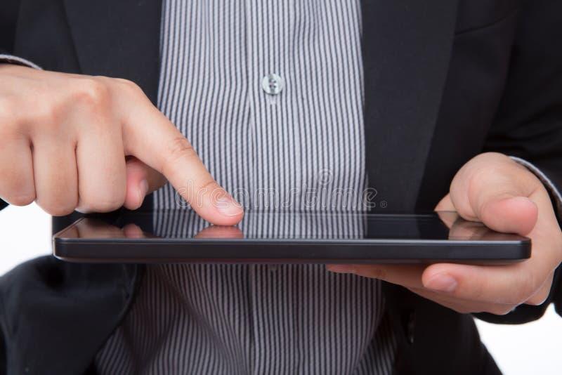 Portrait du jeune homme d'affaires à l'aide d'un dispositif d'écran tactile image stock