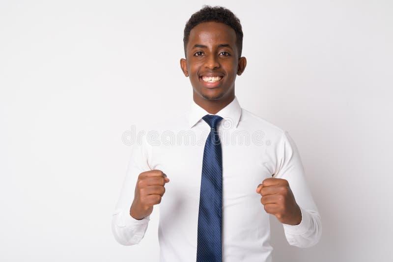 Portrait du jeune homme d'affaires africain heureux obtenant de bonnes nouvelles photos libres de droits