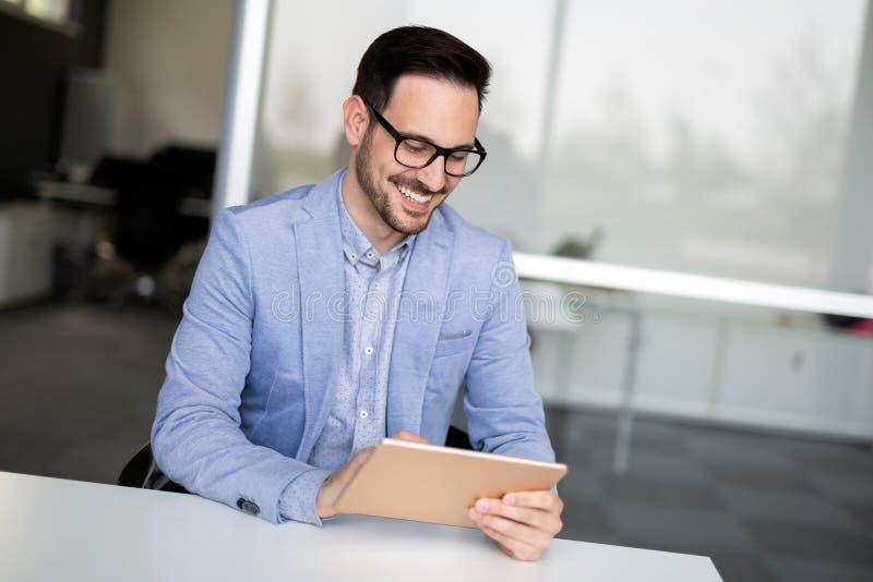 Portrait du jeune homme d'affaires, jour ouvrable d'entrepreneur r?ussi dans le bureau image libre de droits