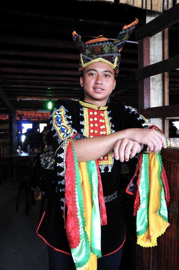 Portrait du jeune homme de Kadazandusun ethnique dans des costumes traditionnels photos libres de droits