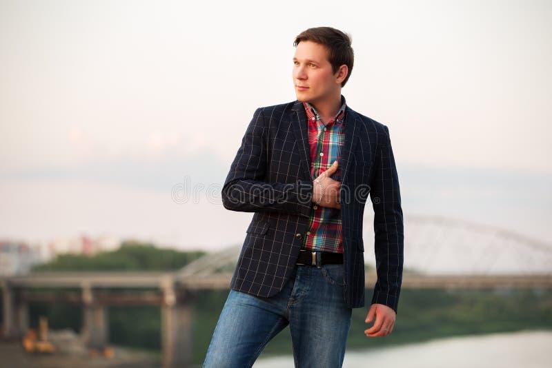 Portrait du jeune homme de mode extérieur image libre de droits