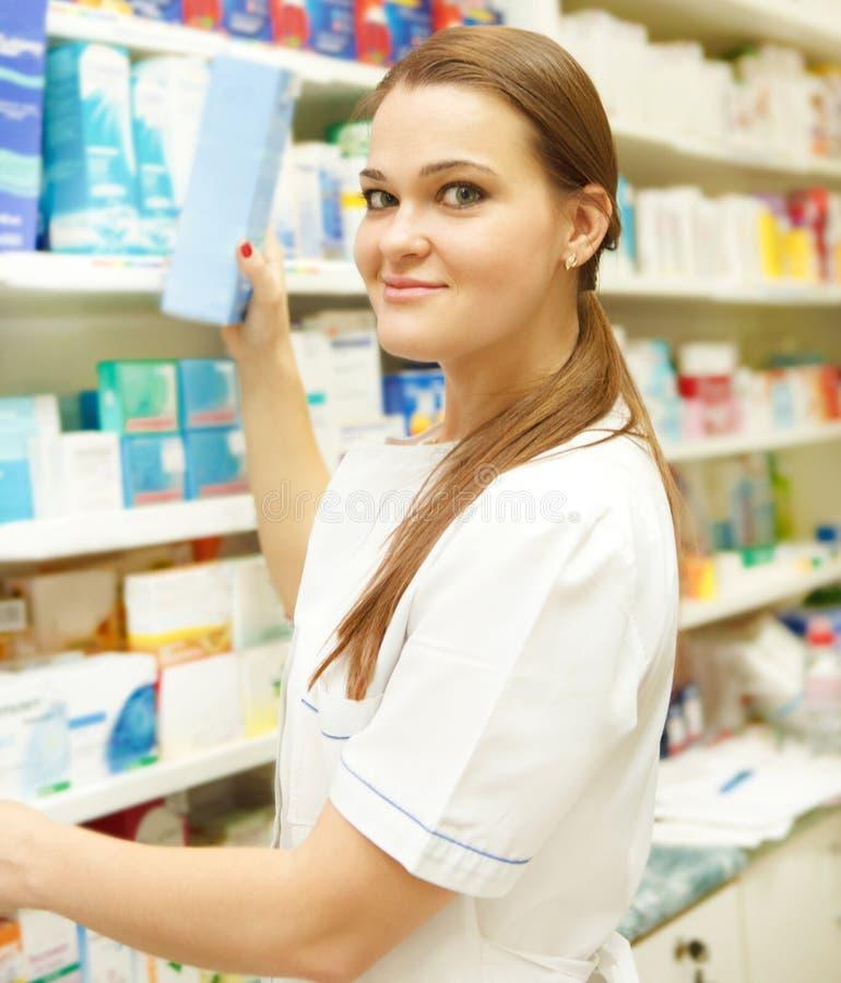 Portrait du jeune pharmacien féminin montrant le medici photos libres de droits