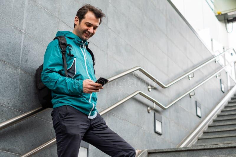 Portrait du jeune service de mini-messages masculin sur le téléphone portable images libres de droits