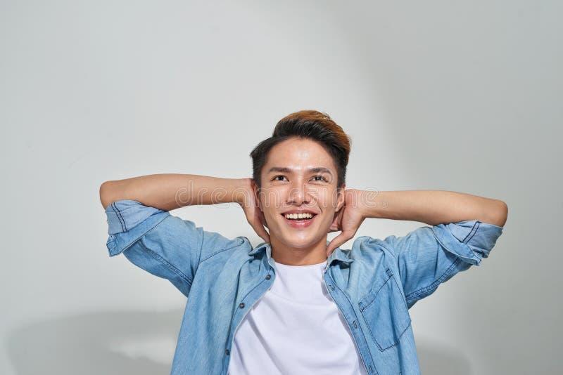 Portrait du jeune type asiatique beau posant dans le studio images stock