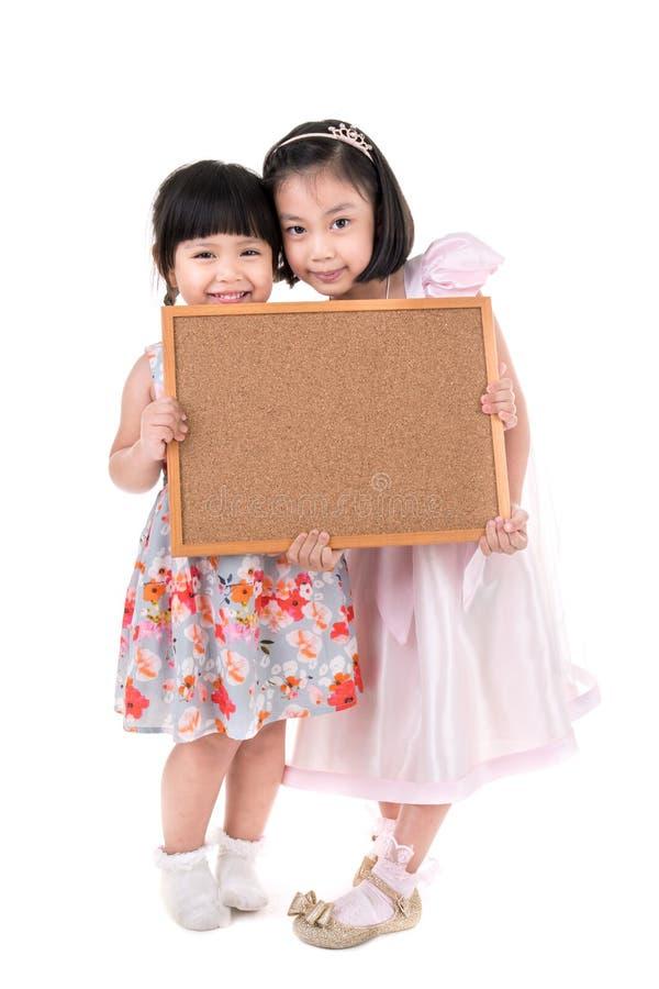 Portrait du panneau en bois de prise asiatique de petite fille sur le backgroun blanc images libres de droits
