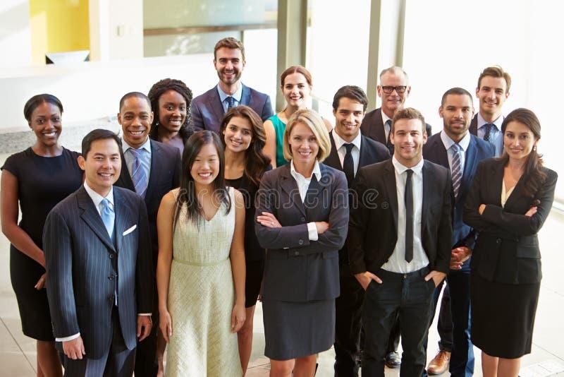 Portrait du personnel administratif multiculturel se tenant dans le lobby photographie stock