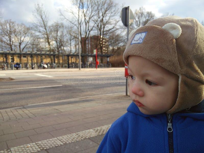 Portrait du petit garçon dehors images libres de droits
