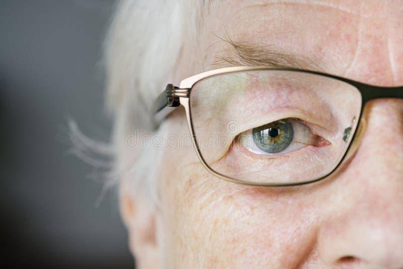 Portrait du plan rapproché blanc de femme agée sur des yeux portant le specatac photographie stock