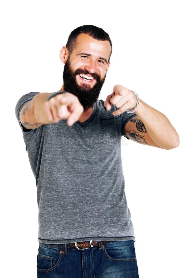 Portrait du pointage barbu tatoué beau de sourire d'homme photographie stock
