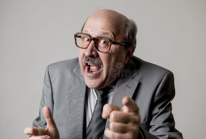 Portrait du port de sourire mûr supérieur heureux et gai d'homme des affaires 60s habillant la cravate formelle semblant gaie et  photographie stock