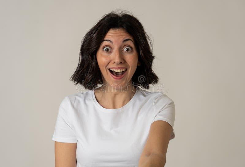 Portrait du sentiment ?tonn? et heureux de femme enthousiaste au sujet de bonnes nouvelles ou du gain photo libre de droits