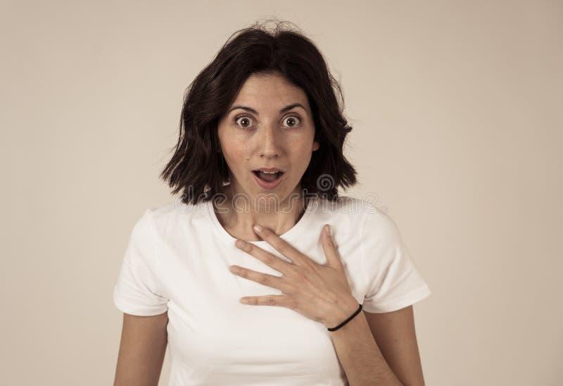 Portrait du sentiment ?tonn? et heureux de femme enthousiaste au sujet de bonnes nouvelles ou du gain photographie stock libre de droits